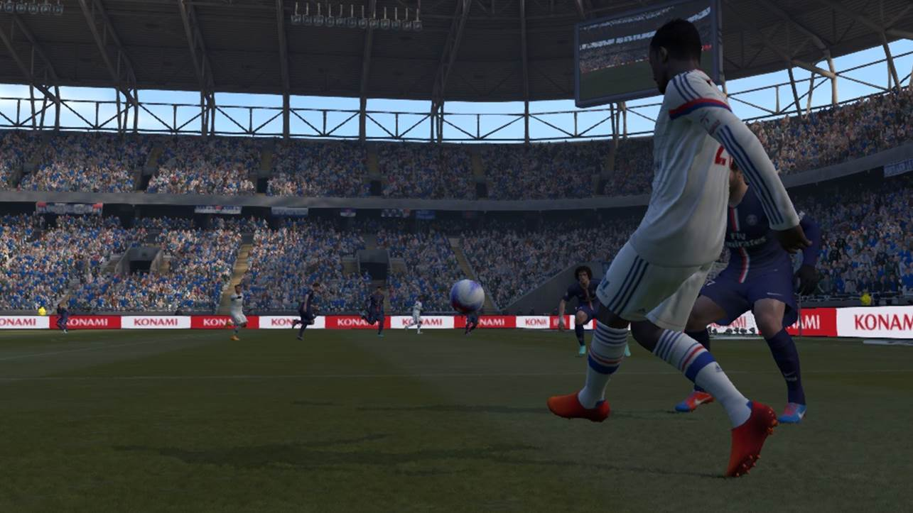 pes crossing towards player running into box